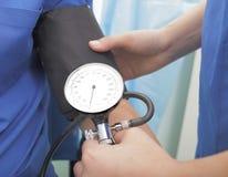 检查压的血液 免版税库存照片