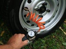 检查压轮胎的航空 免版税库存图片
