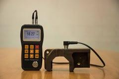 检查厚度由超音波厚度测试的生铁为 库存图片