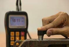 检查厚度由超音波厚度测试的生铁为 免版税库存照片