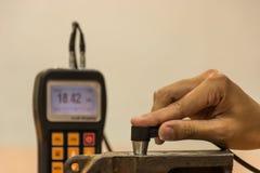 检查厚度由超音波厚度测试的生铁为 库存照片