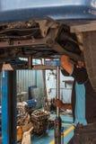 检查发动机在汽车车库的修理 免版税图库摄影