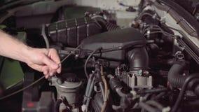 检查发动机油和空气过滤器在车库或汽车维修车间的汽车修理师检查解决困难和修理 影视素材