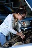 检查发动机的女孩 免版税库存照片