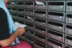 检查发货票信件的一个人 免版税库存照片