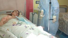 检查吸管的女性护士与疗程,回报急救对患者 影视素材