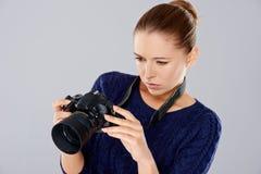 检查图象的女性摄影师 库存照片