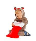 检查圣诞节好奇袜子的婴孩 免版税库存图片