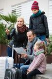 检查在地图的家庭方向 免版税图库摄影