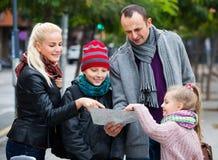 检查在地图的家庭方向 图库摄影