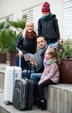 检查在地图的家庭方向 库存照片