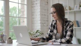 检查在她的女性设计师图纸在笔记本投资计算机和书写差错 律师律师 股票录像