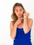 检查在她的手表的妇女时间 免版税库存照片