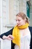 检查在她的手表的妇女时间 免版税库存图片