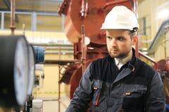 检查在工业工厂的HVAC技术员压力表 监测测压器的工程师 免版税库存图片
