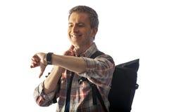 检查在巧妙的手表健康应用程序的中世纪徒步旅行者脉冲 库存照片