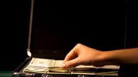 检查在手提箱,腐败概念,包庇非法事务的手金钱 免版税库存图片