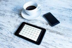 检查在日历的月度活动在片剂 免版税库存图片