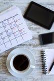 检查在日历的月度活动 库存图片