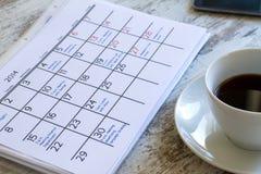 检查在日历的月度活动 免版税库存图片