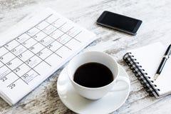 检查在日历的月度活动 免版税图库摄影