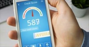 检查在智能手机的信用评分使用应用 结果是平均 股票录像