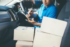 检查在片剂的年轻送货人客户名单 免版税库存图片