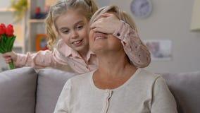 检查在片剂的老婆婆假日应用程序,庆祝生日与孙女 影视素材