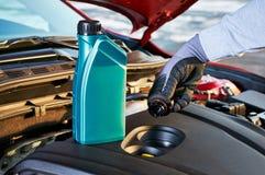 检查在现代汽车的机器润滑油水平 安全驾驶的冬天服务 免版税库存图片