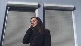 检查在电话的花姑娘流动应用程序,站立户外,叫出租汽车 股票视频