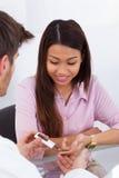 检查在糖尿病患者的医生葡萄糖水平 免版税库存照片