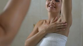 检查在腋窝、好去壳、卫生学和医疗保健的愉快的妇女皮肤 股票视频