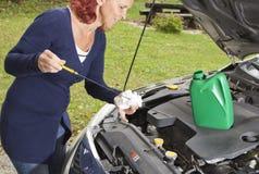 检查在通信工具的油面 免版税库存图片