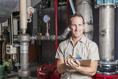 检查在锅炉的技术员加热系统 免版税库存图片