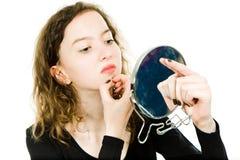 检查在镜子-下巴的青少年女孩皮肤 免版税库存图片