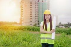 检查在建筑工地的工程师计划 库存图片