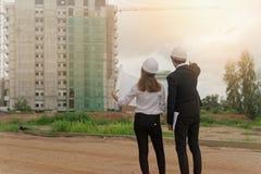 检查在建筑工地的工程师计划 免版税库存照片