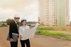 检查在建筑工地的工程师计划 库存照片