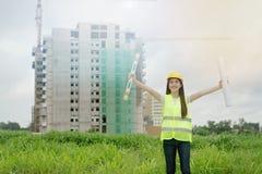 检查在建筑工地的工程师计划 免版税图库摄影