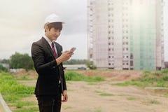 检查在建筑工地的工程师计划 免版税库存图片