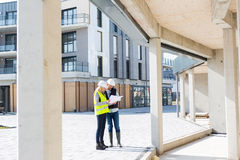 检查在建筑s的工程师和建筑师前个细节 免版税库存照片