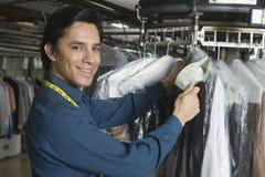 检查在洗衣店的所有者衣裳标记 库存图片