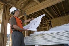 检查在建造场所的建筑师 免版税图库摄影