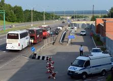 检查城市间的乘客公共汽车在固定式投递路线警察巡逻 库存图片