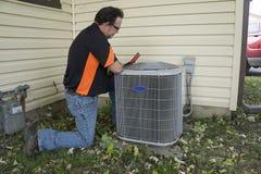 检查外部空调装置的安装工电压 免版税库存图片