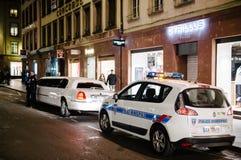 检查大型高级轿车的警察 免版税库存图片