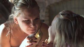 检查女孩的牙的母亲 影视素材