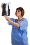 检查女性光芒x年轻人的医生 免版税库存图片