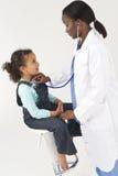 检查女性女孩的非洲裔美国人的医生 库存照片