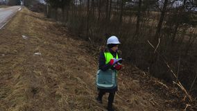 检查女性林业的审查员击倒灌木 影视素材